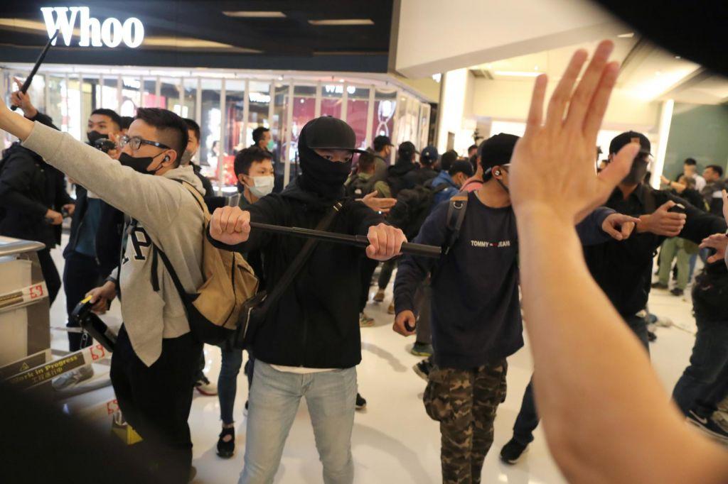 FOTO:Ob božiču znova spopadi med protestniki in policijo