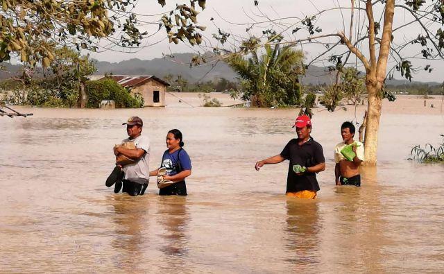 Po podatkih civilne zaščite so oblasti čez noč evakuirale več kot 16.000 ljudi, ki so jih nastanili v zasilnih zatočiščih v šolah, telovadnicah in vladnih poslopjih. FOTO: Ronald Frank Dejon/AFP