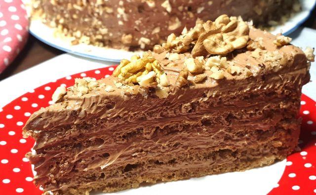 Torta je torej tudi sodobno brezglutenska z masleno jajčno kremo pa prava klasična torta. Foto: Tanja Drinovec