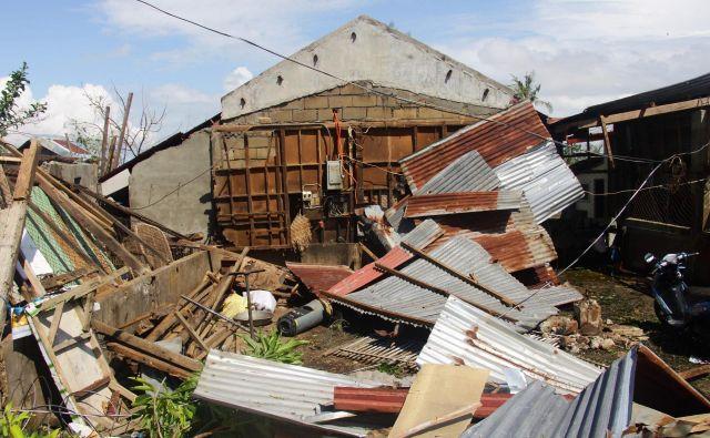 Z otočja poročajo o uničenju in veliki gmotni škodi. FOTO: Afp