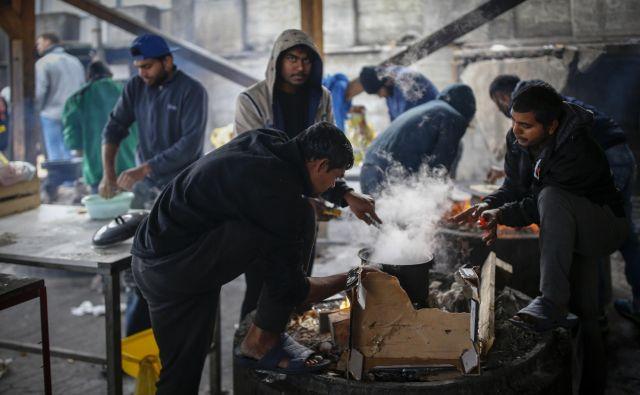 V migrantskem centru Miral v Veliki Kladuši znajo poskrbeti zase. Med čakanjem na nov poskus preboja do Evropske unije je središče dogajanja odprta kuhinja. FOTO: Matej Družnik