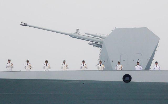 V manevrih okoli Hormuške ožine bodo sodelovale tudi najsodobnejše kitajske bojne ladje, oborožene z vodenimi raketami. FOTO: Reuters