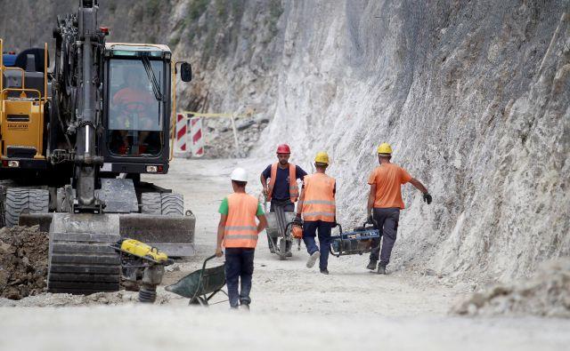 Zaradi zmanjšanja denarja za državne ceste letos in prihodnje leto bo zmanjšan obseg obnov vozišč. FOTO: Leon Vidic/Delo