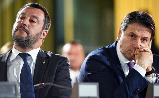 Italijo hromijo korupcijski in diplomatski škandali. Na fotografiji Matteo Salvini in premier Giuseppe Conte. Foto: Reuters