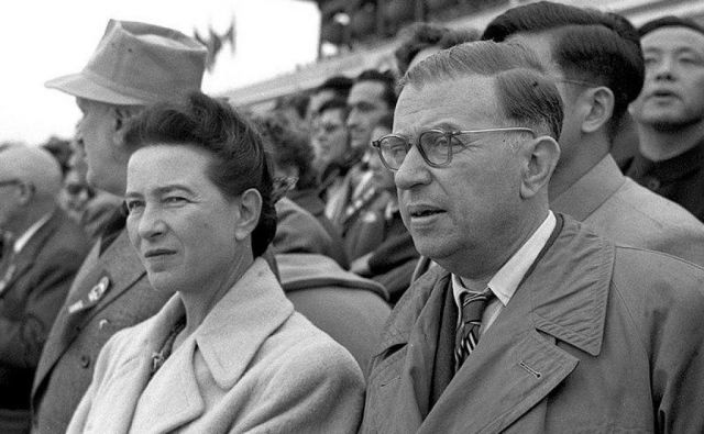Francoski filozof Jean-Paul Sartre pravi, da je vsakdo zase na absoluten način odgovoren za to, kaj naredi iz sebe. Na fotografiji skupaj s Simone de Beauvoir. Foto wikipedija