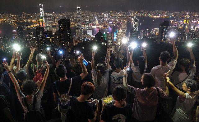 Cena neredov se kaže tudi v odlivu kapitala, upadu poslovanja in spodkopavanju ugleda Hongkonga. FOTO: Reuters