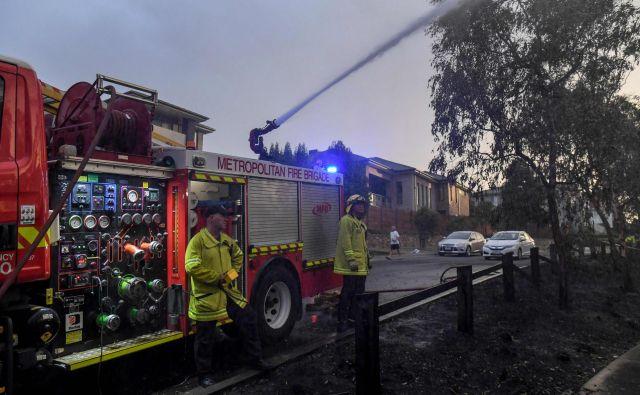 Ognjeni zublji so danes vzeli eno življenje, dva prostovoljna gasilca sta bila poškodovana. FOTO: William West/AFP