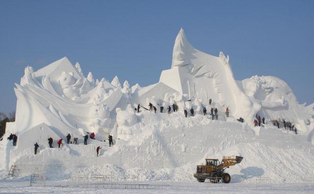 V Harbinu so snežne in ledene skulpture zelo velike. Tudi število graditeljev se ne more primerjati s črnjanskimi, a to jih ne odvrača od sodelovanja.<br /> Foto Reuters