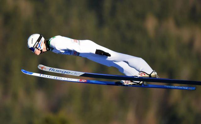 Vzhajajoči norveški zvezdnik Marius Lindvik je takole poletel do krstne zmage v svetovnem pokalu, ki jo je slavil na najbolj gledani skakalni tekmi leta v Garmisch-Partenkirchnu. FOTO: AFP
