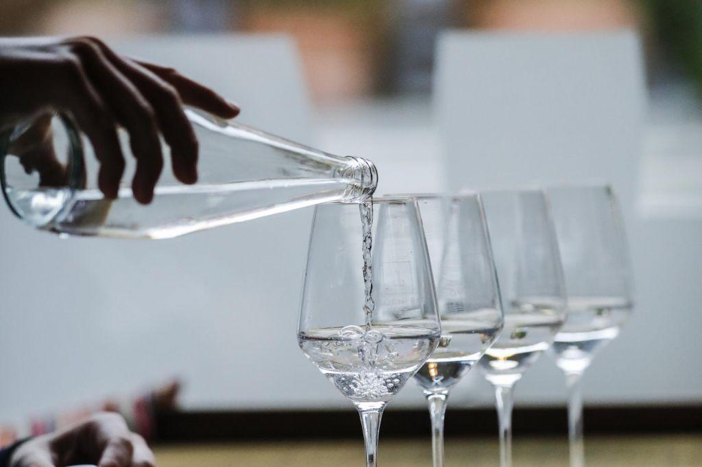 FOTO:500 evrov za steklenico vode