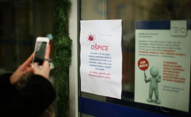 Na infekcijski kliniki UKC Ljubljana v zadnjem tednu niso obravnavali novih primerov z ošpicami. Je pa na kliniki ena oseba že več kot teden dni hospitalizirana in hudo bolna. FOTO: Jure Eržen/Delo