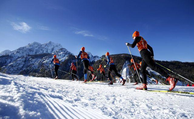 Za začetnike in starejše ljudi se priporoča klasični način gibanja na tekaških smučeh. Foto Matej Družnik
