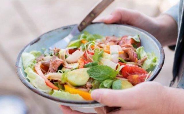 Zmešamo še omako vinaigrette tako, da vse sestavine za omako zmešamo. Polijemo jo čez solato in postrežemo. Foto: Shutterstock