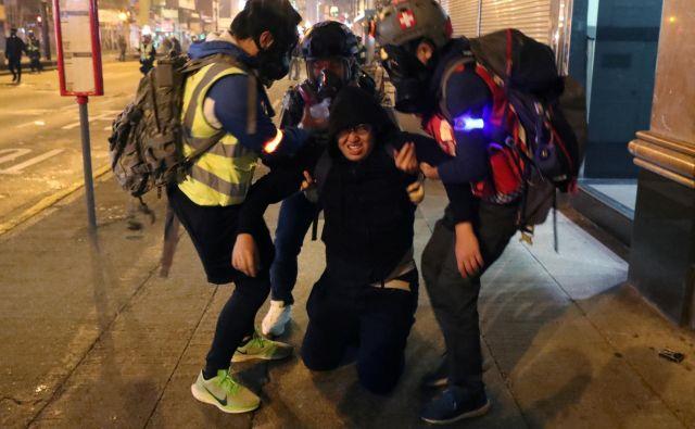 Shod je po večini potekal mirno, ponekod pa se je sprevrgel v kaos, ko je policija protestnike skušala razgnati s solzivcem.FOTO: Lucy Nicholson/Reuters
