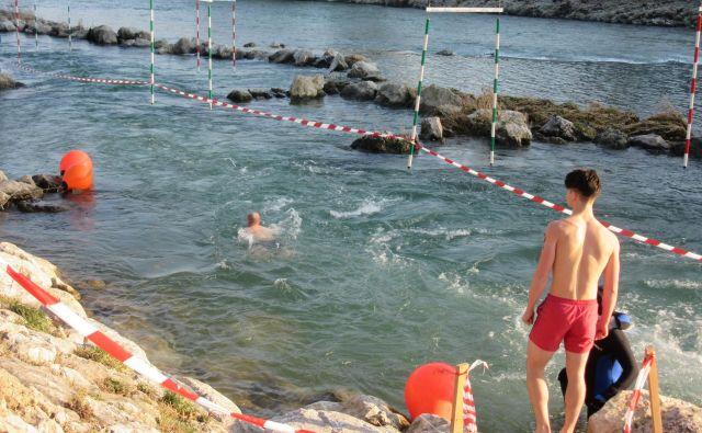 Eden za drugim so odhajali v mrzlo reko, tokrat je bilo plavalcev največ doslej. FOTO: Špela Kuralt/Delo