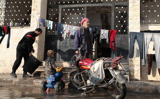 Begunci v Idlibu živijo v slabih življenjskih razmerah. FOTO: Omar Haj Kadour/AFP