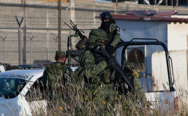 Pripadniki mehiške nacionalne garde pred zaporom v kraju Cieneguillas. FOTO: Reuters