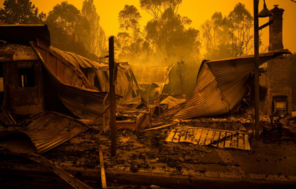 FOTO:Ogenj zahteval še sedem žrtev, policija vodo in hrano ljudem vozi s čolni
