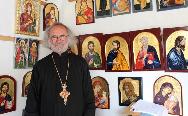 »Ikone se ne občuduje, pred ikono se moli, ikono poljubljamo,« pravi oče Mihajlo. Fotografije Simona Fajfar