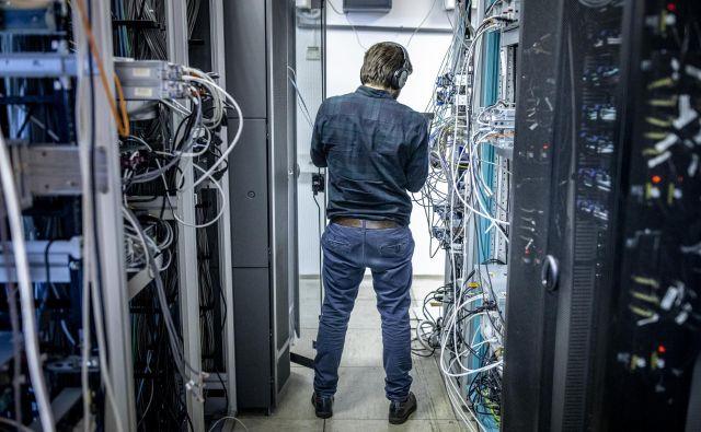 S prehodom na industrijo 4.0 bo kibernetska varnost najpomembnejše vprašanje, saj so od primerne zaščite industrijskih okolij in kritične infrastrukture poleg neprekinjenega delovanja odvisna tudi človeška življenja. FOTO: Voranc Vogel/Delo