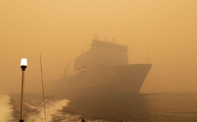 Vojaška ladja HMAS Choules bo ljudi z obale Mallacoota vozila na varno. FOTO: Helen Frank, Royal Australian Navy/AFP