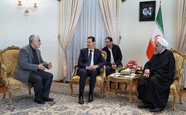 Kasem Solejmani februarja letos med pogovorom z Bašarjem al Asadom inHasanom Rohanijem. FOTO: SANA/AFP