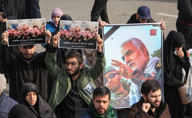 Protestniki so na na ulicah Teherana obeležili smrt enega od najvidnejših predstavnikov iranskega režima. Foto: Atta Kenare/Afp