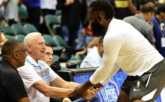 Jerry West uživa veliko spoštovanje med košarkarji. Vodilni strelec lige NBA James Harden ga je z zadovoljstvom pozdravil. FOTO: USA Today Sports