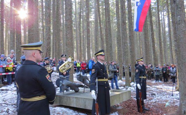 Častna straža pripadnikov Slovenske vojske pred spomenikom padlih junakov. FOTO: Bojan Rajšek/Delo