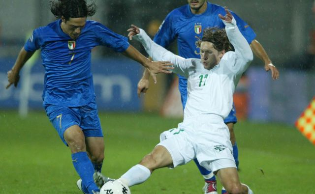 Mauro Camoranesi (levo) in Andrej Komac sta v Celju v kvalifikacijski tekmi za SP v Nemčiji leta 2004 bila bitko na sredini igrišča. To je bila zadnja tekma, ki jo je Italija izgubila na njeni poti do naslova svetovnega prvaka. FOTO: Matej Družnik/Delo