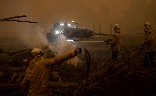 Veliki požari ustvarjajo svoje oblake, ki s strelami širijo požar prek vseh ovir. FOTO: Tracey Nearmy/Reuters