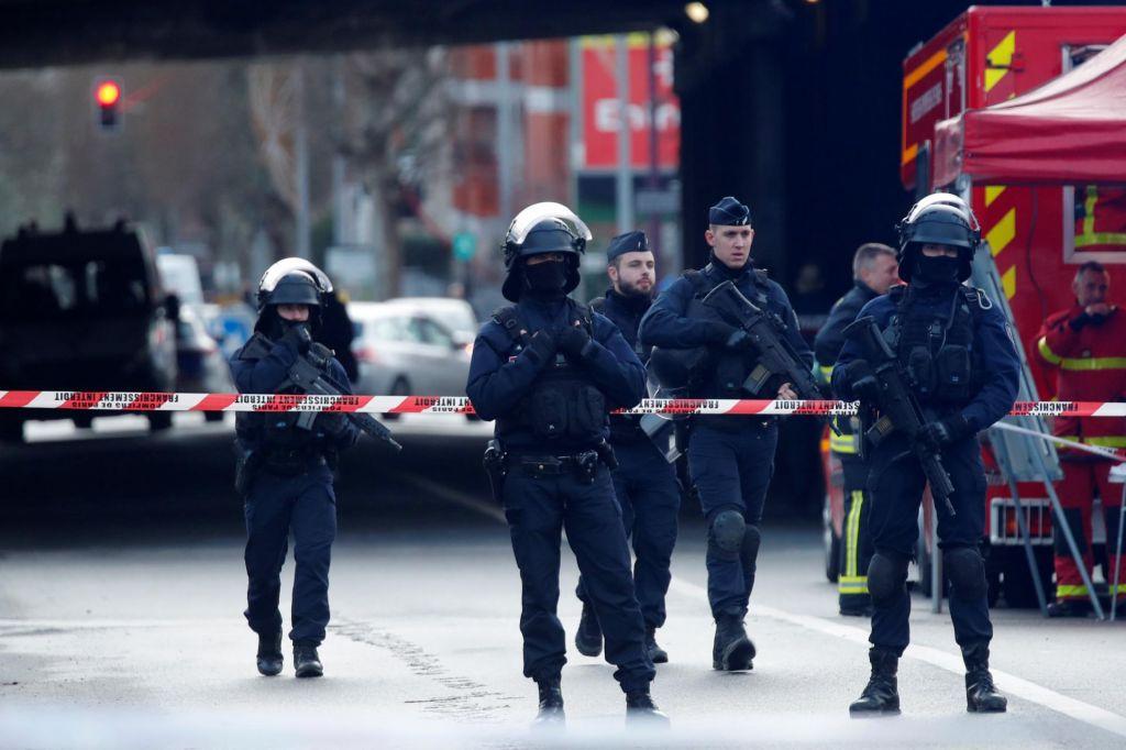 V napadu z nožem umrla ena oseba, policija je napadalca ubila
