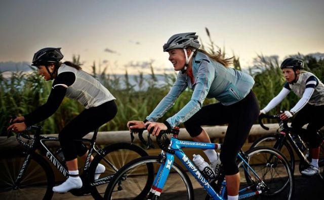 Eden prvih uveljavljenih ženskih kolesarskih dogodkov je<strong> Rapha Womens 100,</strong> ki na isti dan v letu spodbuja vse kolesarke, da na svojih cestah prekolesarijo sto kilometrov. Foto: Rapha