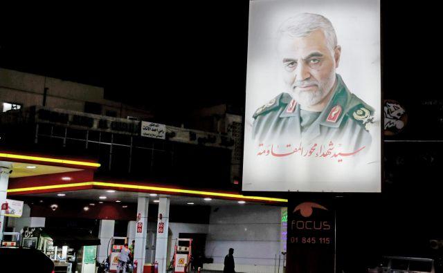 Portert ubitega generala v bližini bejrutskega letališča. FOTO: Anwar Amro/Afp