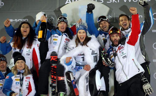 Takole se je Petra Vlhova veselila zmage s svojo ekipo, ki jo vodi italijanski trener Livio Magoni, nekdanji trener Tine Maze ob njenih največjih uspehih. FOTO AFP