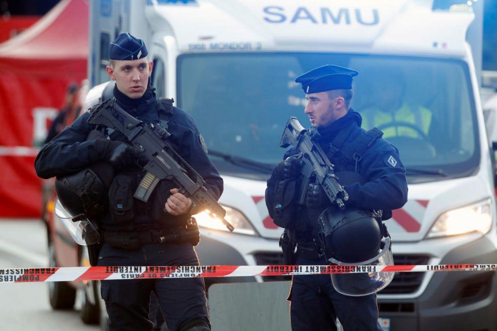 Francoska policija ne izključuje terorističnega ozadja napada