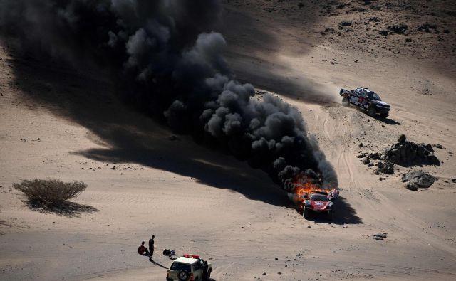 Na prvi etapi relija Dakar, ki letos prvič poteka v puščavi Savdske Arabije, je zagorel avto Francozoma Romainu Dumasu in sovozniku Alexandru Winocqu. FOTO: Franck Fife/Afp<br />