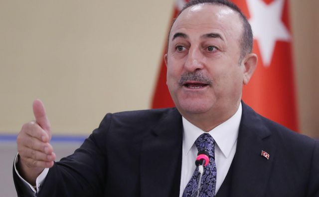 Turški zunanji minister Mevlut Cavusoglu je zanikal, da bi Turčija za boj v Libiji novačila pripadnike Svobodne sirske vojske. FOTO: Adem Altan/AFP