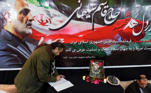 V Teheranu danes poteka glavna slovesnost v spomin na poveljnika elitnih enot iranske revolucionarne garde, generala Kasima Sulejmanija, ki je bil ubit v petek zjutraj v ameriškem letalskem napadu v Bagdadu. Foto: Banaras Khan/Afp