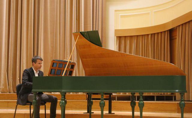 Tomaž Sevšek igra na kopijo čembala iz obdobja baroka.<br /> Foto Zdenko Matoz