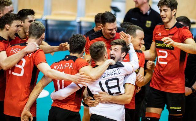 Nemški odbojkarji so se prešerno veselili svoje druge zmage na kvalifikacijskem turniju za OI v Tokiu. FOTO: AFP
