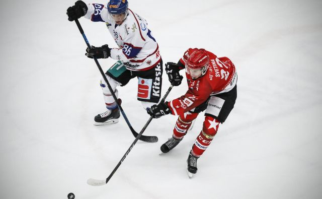 Erik Svetina (v rdečem dresu) se je odrezal z dvema goloma. FOTO: Uroš Hočevar/Delo