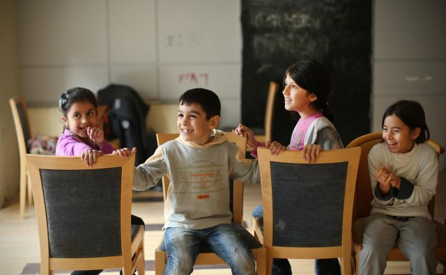 Begunski otroci v igralnici v nekdanjem hotelu City Plaza v Atenah. Hotel, ki je bil dalj časa zaprt, so humanitarne in nevladne organizacije uredile v nastanitveni begunski center. FOTO: Jure Eržen