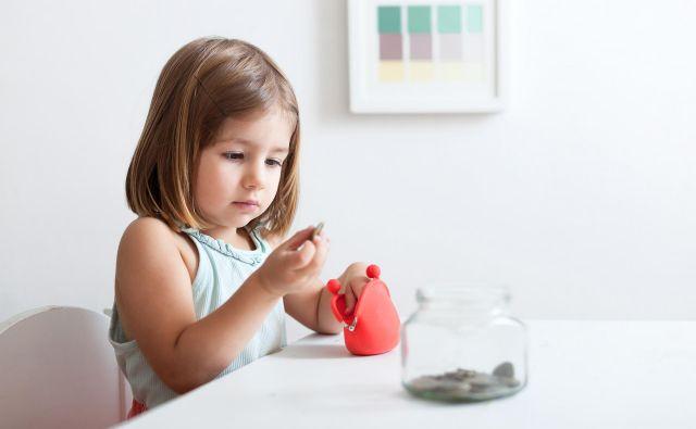 Otroke bi morali že od majhnega učiti ravnanja z denarjem. Ko človek enkrat osvoji osnove varčevanja, težko pade v minus ne glede na višino plače, saj je navajen vedno nekaj dati na stran, zato zapravi manj. FOTO: Shutterstock
