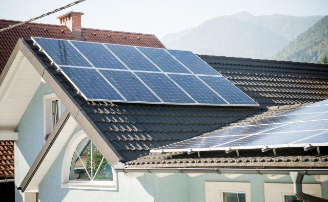 Sončna elektrarna v Mojstrani. Največja instalirana moč sončnih elektrarn je sicer na Štajerskem, v Savinjski in Osrednjeslovenski regiji. FOTO: Bor Slana