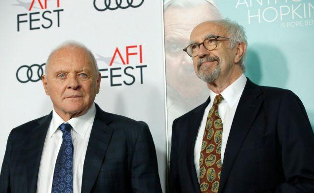 Anthony Hopkins (levo) in Jonathan Pryce sta papeža Benedikt XVI in Frančišek v filmu Dva papeža, ki je v kinematografih doživel limitirano distribucijo, zdaj pa si ga lahko ogledate na Netflixu. Foto Reuters