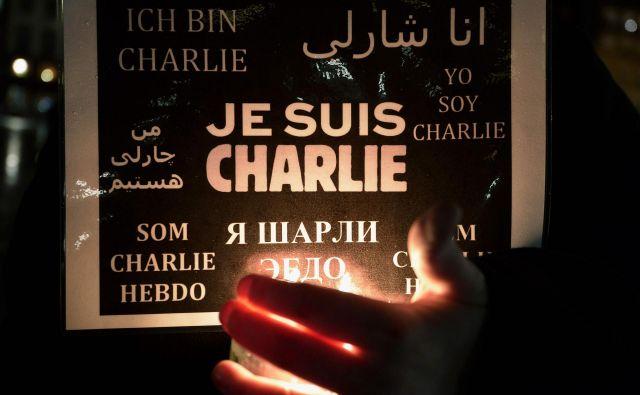 »Sem Charlie. Mi vsi smo Charlie.« Napis, ki je preplavil Pariz in druge kraje po svetu dan po terorističnem napadu 7. januarja leta 2015. FOTO: AFP
