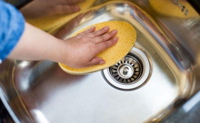 Ste se kdaj vprašali, s čim zdrgniti pomivalno korito, da bo čisto in hkrati sijoče? FOTO: Shutterstock