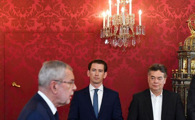Govor predsednika Von der Bellna, v ozadju Sebastian Kurz in Werner Kogler. FOTO: Joe Klamar/AFP