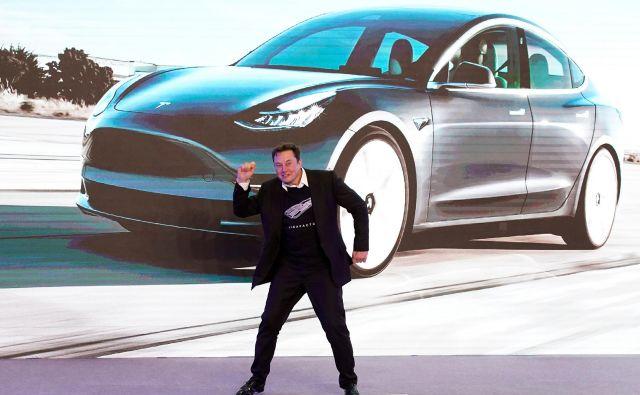 Na Kitajskem je ameriško podjetje Tesla ob »plesnem pozdravu« svojega prvega moža Elona Muska začelo proizvodnjo.<br /> Foto Reuters